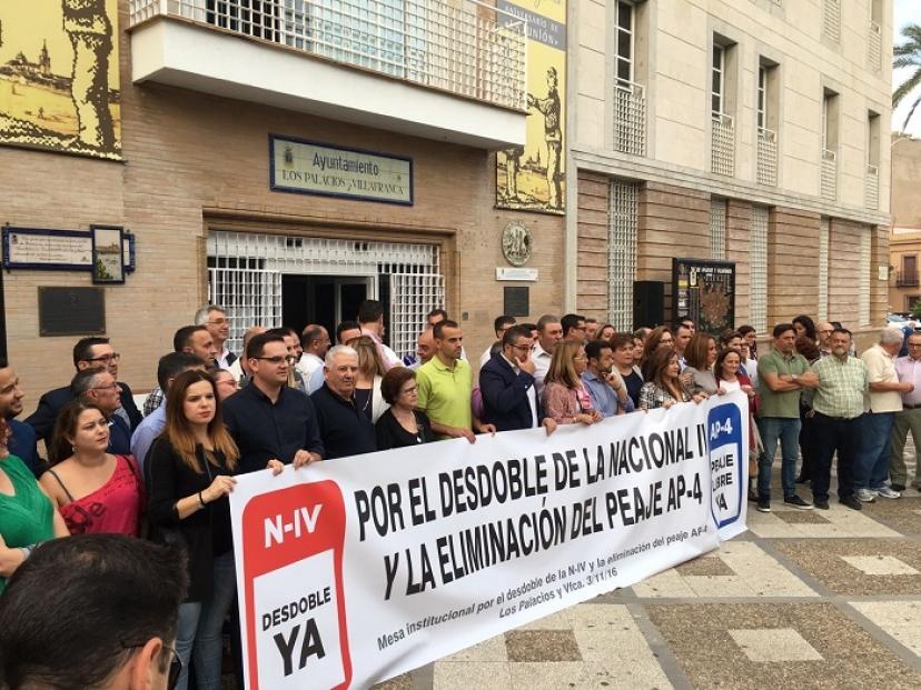 Concentración en Los Palacios por la liberalización del peaje en la AP4 y el desdoble de la N-IV