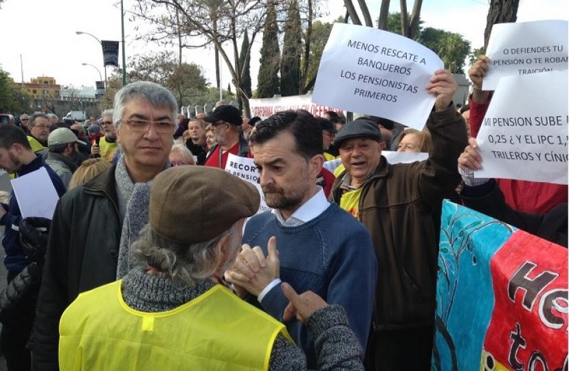 Concentración de las plataformas de pensionistas en el Parlamento de Andalucía