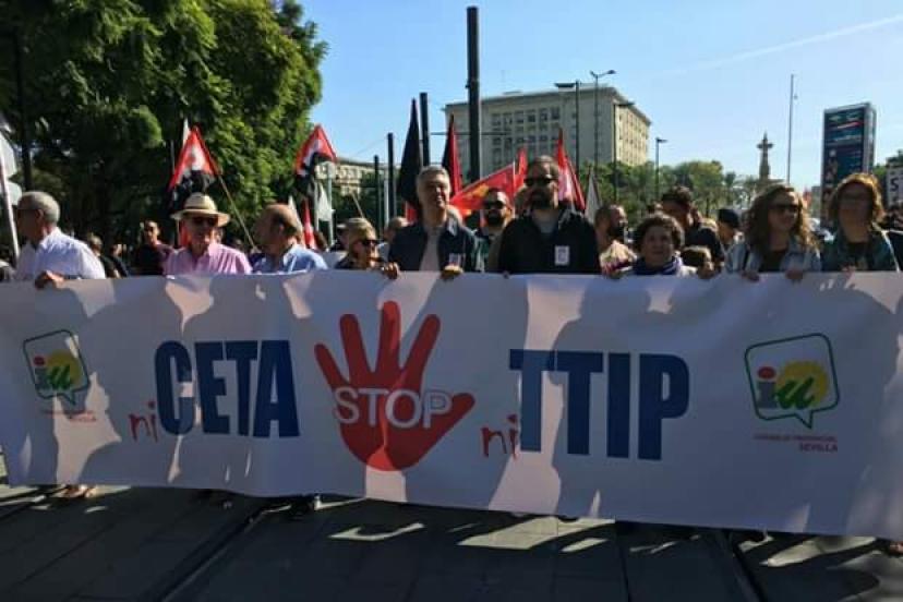 Pancarta de IU Sevilla en la manifestación contra el CETA y TTIP