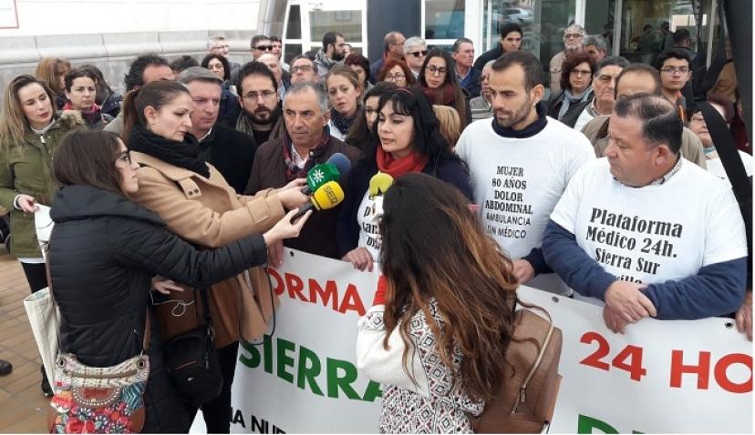 Protesta ante el Hospital de Osuna por el cierre de los servicios de pediatría en la Sierra Sur