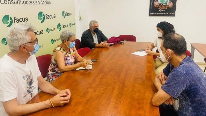 Encuentro de las direcciones de FACUA e IU Sevilla