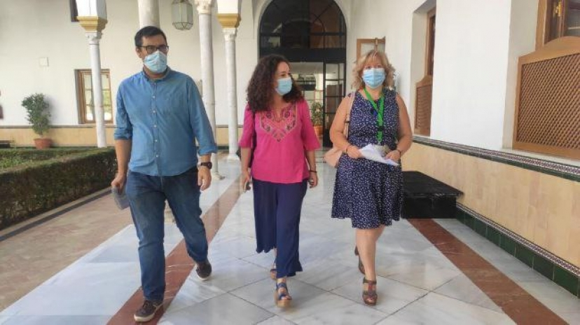 Carmona: Entrega de 1.156 firmas ciudadanas exigiendo a la Junta la apertura del servicio de urgencias en Guadajoz