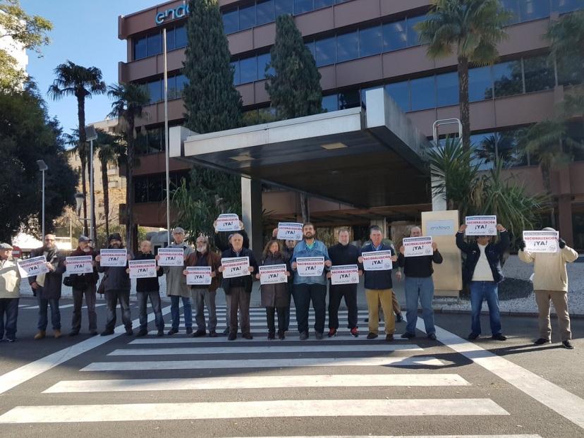 Acción simbólica ante las puertas de Endesa reivindicando la nacionalización de las eléctricas.