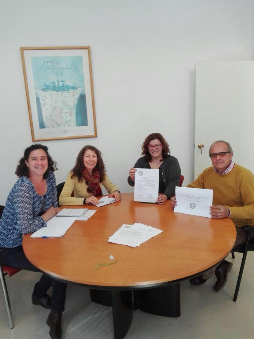 El grupo de diputados de IU y la Red Sevilla por el Clima reunidos para reclamar la Tarjeta Única de Transporte para Sevilla y su área metropolitana