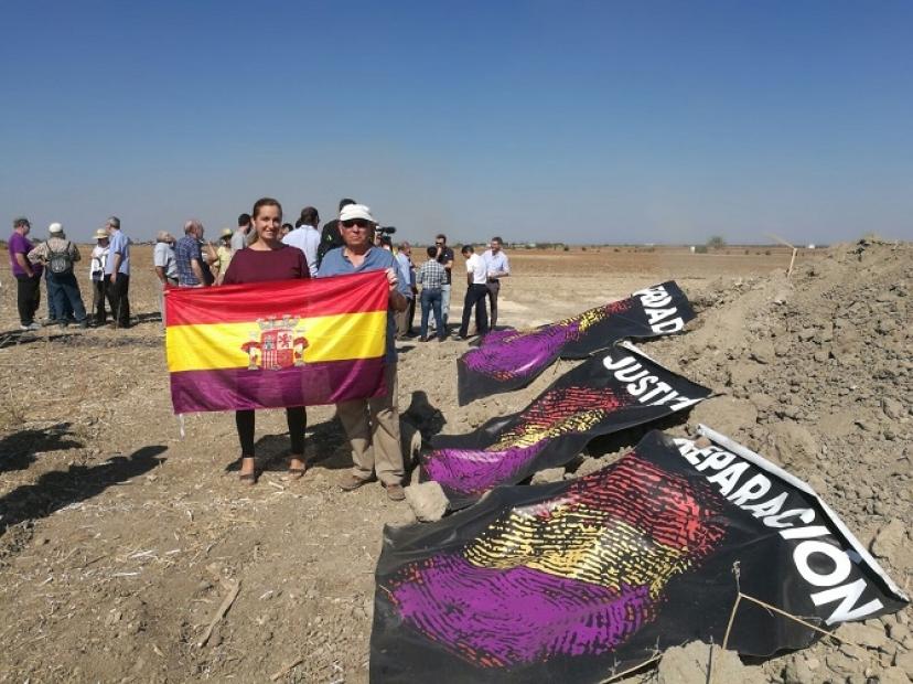 Fuentes de Andalucía: Comienza la exhumación de los restos de las mujeres violadas, asesinadas y arrojadas en el 'Aguaucho'